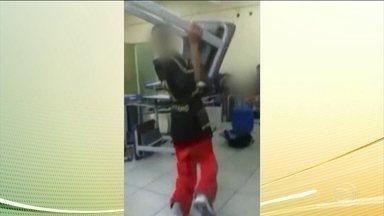 Sete alunos que foram flagrados ameaçando uma professora em Carapicuíba estão suspensos - Eles jogaram cadernos em direção a uma professora e ainda arremessaram mesas e cadeiras. A polícia civil e a perícia estiveram hoje cedo na escola.