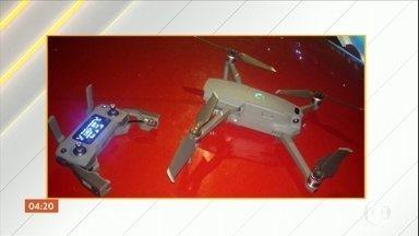 Homem é preso por usar drone para gravar vídeos íntimos de moradores de condomínio na BA - Ele é suspeito de fazer quase 2 mil vídeos de moradores de um condomínio em Salvador. Eles chamaram a polícia depois que perceberam luzes estranhas sobrevoando os prédios.