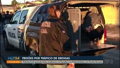 Polícia prende duas mulheres suspeitas de tráfico de drogas em Ponta Grossa - Com uma delas, os policiais apreenderam mais de 400 pedras de crack.