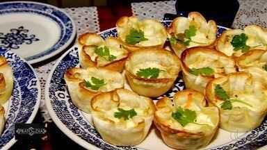 Moradora de Goiânia ensina como fazer tortinhas de frango - Prato é feito com massa de pastel, requeijão, creme de leite, azeitonas, cenoura, queijo e coentro.
