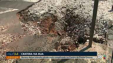 Buraco em rua no Centro de Ponta Grossa deixa o trânsito complicado - Cratera fica na rua Catão Monclaro, que dá acesso à rua Francisco Búrzio.