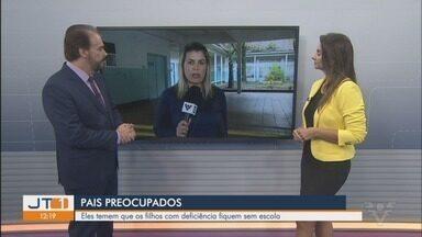Pais de crianças de Escola Carmelita, em Santos, protestam contra mudanças de ensino - Pais de estudantes da escola municipal temem que os filhos com deficiência fiquem sem escola.