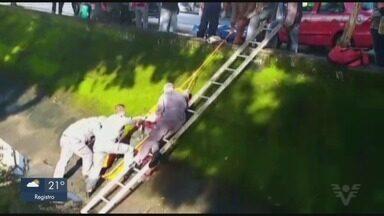 Ciclista é resgatado após se desequilibrar e cair no canal em Santos - Homem teve ferimentos no joelho e pulso.