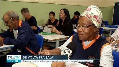 Em Itatiaia, idosa de 90 anos volta a estudar e motiva colegas de classe - Dona Felizarda é a primeira a chegar na sala e senta na primeira carteira.
