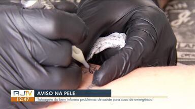 Aviso na pele: Tatuagem do bem informa problemas de saúde para caso de emergência - Elas são utilizadas para informar se a pessoa tem alguma doença crônica, alergia a medicamentos ou alimentos.