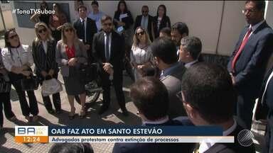 OAB faz protesto em Santo Estevão contra a extinção de processos - Advogados afirmam que as ações são contra a Embasa e a Coelba.