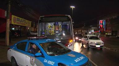 Número de assaltos a ônibus cresce 40% em quatro meses no Rio - De janeiro a abril, houve mais de 5,8 mil assaltos a ônibus no estado do Rio de Janeiro, um aumento de 21% em relação ao mesmo período de 2018. Na capital, foram mais de 3,8 mil roubos em ônibus. Um caso recente terminou com a morte de uma mulher.