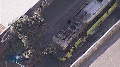 Ônibus pega fogo na Avenida Cristiano Machado em BH - Incêndio foi controlado por volta de 15h15 pelo Corpo de Bombeiros.