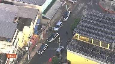 Cinco PMs são presos por suspeita de envolvimento com milícia no RJ - Em outra operação, também em Caxias, a Polícia Civil prendeu 26 acusados de tráfico e roubo de cargas. Houve confronto.