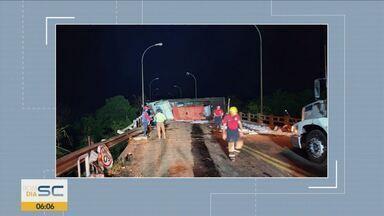Caminhão tomba e causa vazamento de óleo em Nova Itaberaba - Caminhão tomba e causa vazamento de óleo em Nova Itaberaba