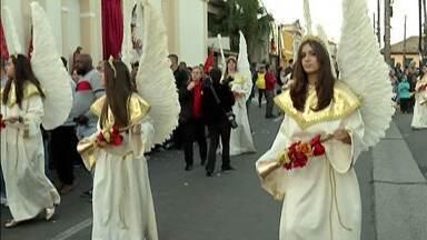 Procissão de Pentecostes encerra Festa do Divino de Mogi - Neste domingo (9), império foi fechado e pedidos queimados.