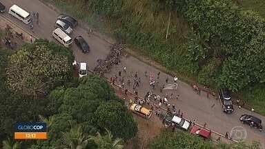 Agricultores fazem protesto na PE-60, em Barreiros - Grupo pediu políticas públicas para os assentamentos da região.