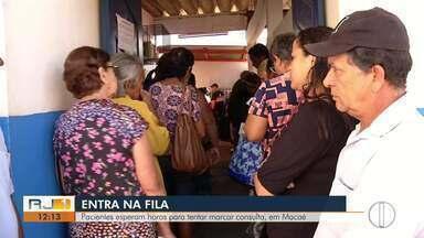 Pacientes esperam horas para tentar marcar consulta, em Macaé, no RJ - A marcação de consultas onde teve fila foi no Centro de Especialidades Doutor Moacyr Santos.