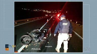Motociclista morre depois de se envolver em acidente com caminhão na BR-376 - Vítima tinha 26 anos, a batida foi no fim da noite de sábado (8).