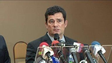 Sérgio Moro diz que trechos de conversas divulgadas não mostram prática ilegal - Ministro da Justiça afirma que os procuradores foram vítimas de uma invasão criminosa e que não pode assegurar que os diálogos sejam verdadeiros.