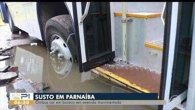 Ônibus cai em buraco em avenida movimentada de Parnaíba - Ônibus cai em buraco em avenida movimentada de Parnaíba