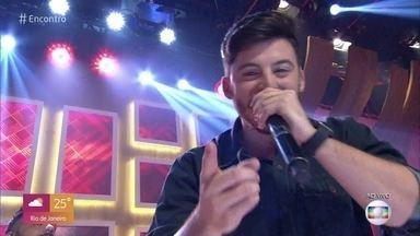 Gabriel Smaniotto canta 'Atrasadinha' - Cantor ficou conhecido por postar show em que a plateia era composta apenas por seus pais