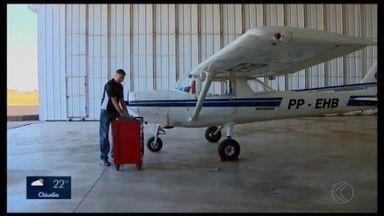 Escola de aviação em Divinópolis realiza manutenção em aeronaves - Os voos são registrados em um diário de bordo para controlar as horas no ar; documento auxilia na contagem de tempo para a realização de uma nova manutenção.