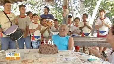 Mestre do Cururu completa 101 anos - Alunos do Moinho Cultural levam bolo para celebrar.