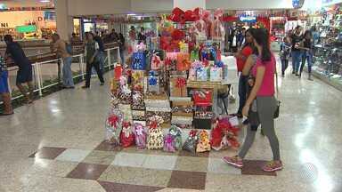 Lojistas investem em promoções para aumentar as vendas do Dia dos Namorados - Data é comemorado nesta quarta-feira (12) e deve movimentar lojas de roupas e calçados, além de restaurantes.