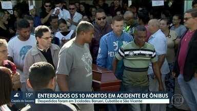 10 mortos em acidente de ônibus são enterrados - Outas 10 pessoas continuam internadas em Taubaté, Pindamonhangaba, Cubatão e Santos