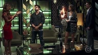 Maria da Paz se surpreende quando Jô decide sair com Rock - Empresária apoia namoro da filha com o lutador sem saber que se trata de uma farsa