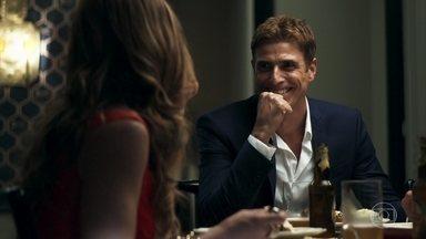 Régis começa a ver Maria da Paz com outros olhos - Playboy fica encantado com jeitinho da empresária durante jantar