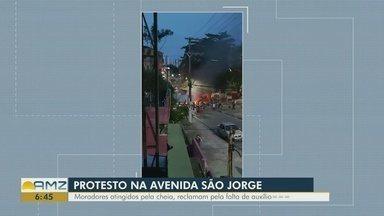 Moradores do São Jorge protestam por falta de assistência, em Manaus - Famílias estão sendo atingidas pela cheia do rio Negro.