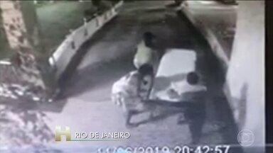 Ônibus invade calçada, atropela e mata adolescente no Rio de Janeiro - A adolescente de 15 anos estava com a avó quando foi atingida no Engenho Novo, zona norte do Rio. A polícia procura o motorista, que fugiu sem prestar socorro.