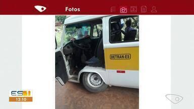 Pneus de kombi escolar se soltam e assusta alunos no interior de Iúna, ES - Acidente aconteceu em estrada de terra.