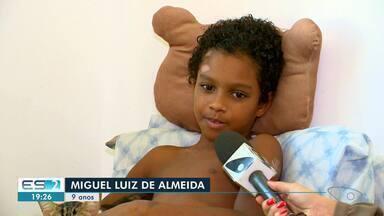 Menino atropelado ao correr para pegar ônibus na Serra, ES, se recupera em casa - Miguel Luiz de Almeida, de 9 anos, foi atropelado no dia 30 de junho e sofreu fraturas graves. Ele passou por cirurgias no osso da perna e na bacia.