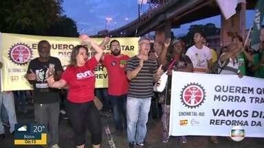 Confira os impactos da paralisação contra a reforma da Previdência e cortes na educação - Manifestantes fecham uma pista da Avenida Brasil protestando contra a reforma da Previdência e cortes na educação.