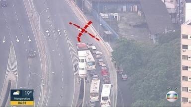 Acidente deixa trânisto lento na Paulo de Frontin - Um acidente envolvendo cinco carros no elevado Paulo de Frontin deixa trânsito lento.