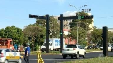 Semáforos em rotatória da Av. Manoel Goulart começam a funcionar oficialmente - Dispositivos no local, no Jardim Monte Alto, são um pedido antigo dos moradores.