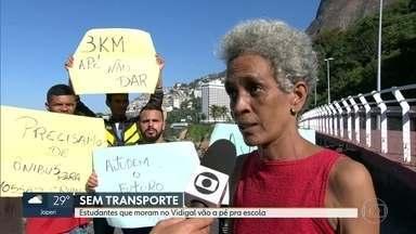 Estudantes que moram no Vidigal enfrentam dificuldades para chegar à escola - Desde que a Avenida Niemeyer foi interditada há 17 dias, as crianças precisam fazer o trajeto a pé.