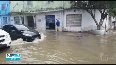 Ruas do Ipsep, na Zona Sul do Recife, amanheceram alagadas, mesmo depois da chuva - Moradores foram prejudicados pelos alagamentos