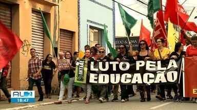 Maceió tem manifestação contra a Reforma da Previência e os cortes de verbas da educação - Manifestantes se reuniram na Praça do Centenário e saíram em caminhada até o Centro.
