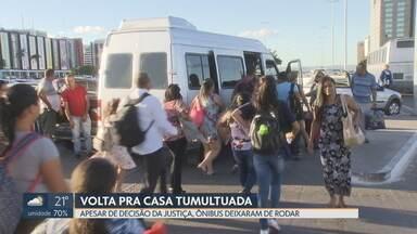 Rodoviários param totalmente as atividades e descumprem decisão da Justiça - Sem ônibus, passageiros enfrentaram dificuldades na volta para casa nessa sexta-feira (14) e se arriscaram no transporte pirata.