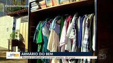 Casal cria 'guarda-roupas solidário' para doar roupas e calçados, em Goiânia - Armário colocado na calçada em frente à residência tem o seguinte lema: 'Leve o que vai usar e traga o que não usa mais'. O armário fica na Rua C-21, no Setor Jardim América.