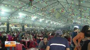 Raça Negra agita Vila Junina em Praia Grande, SP - Grupo se apresentou no evento na noite de sexta-feira (14).