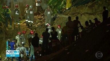 Bombeiros buscam dois irmãos soterrados após deslizamento de barreira em Camaragibe - Cinco pessoas morreram após barreira cair sobre três casas no Bairro dos Estados.