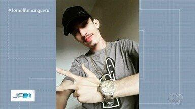 Jovem é morto a tiros dentro de restaurante, em Goiânia - Polícia Civil suspeita que vítima tenha sido assassinada por engano e que amigo, que estava com ele, seria o alvo dos disparos. Crime teria sido cometido por ciúmes. Atirador fugiu.