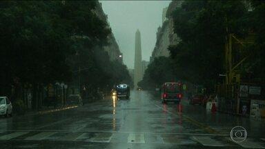 Argentina investiga causa do apagão que deixou o país e o vizinho Uruguai às escuras - A investigação vai demorar pelo menos dez dias. Já se sabe que a origem foi uma falha na linha de transmissão entre duas hidrelétricas na Argentina, perto da fronteira com o Uruguai, que tinham sido atingidas por uma tempestade.