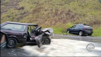 Acidente deixa ao menos um morto e dois feridos na via que liga Guará a Cunha - Acidente aconteceu na manhã desta segunda-(17), no km 8 da rodovia, trecho de Guaratinguetá.