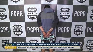 Polícia prende suspeito de homicídios na região de Curitiba - Homem foi preso em flagrante com drogas e uma motocicleta furtada.