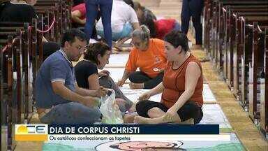 Tapetes de Corpus Christi são montados na Paróquia de Cristo Rei - Pastorais e movimentos da paróquia participam da tradição.