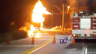 Incêndio em caminhão-tanque interdita por 2h trecho de serra da Tamoios - Motorista conseguiu sair e acionou bombeiros, que apagaram as chamas. Às 6h, o trecho entre os km 70 e km 81 foi liberado para tráfego no sistema 'Pare e Siga'.