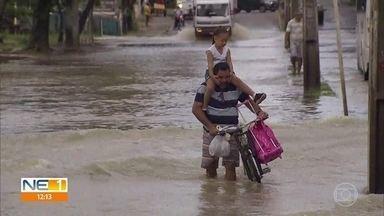 Chuva causa prejuízo aos moradores do Ibura, no Recife - Quem vive no bairro tem enfrentado dificuldades para sair de casa.