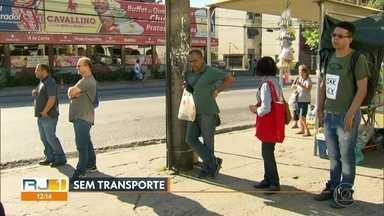 Sem van passageiros esperam no ponto - Muita gente depende do transporte complementar, em Rio das Pedras