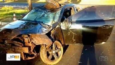 Dupla sertaneja fica ferida em acidente na BR-153, em Itumbiara - Motorista, que também ficou machucado, disse que perdeu o controle da direção ao desviar de um cachorro que atravessava a pista.